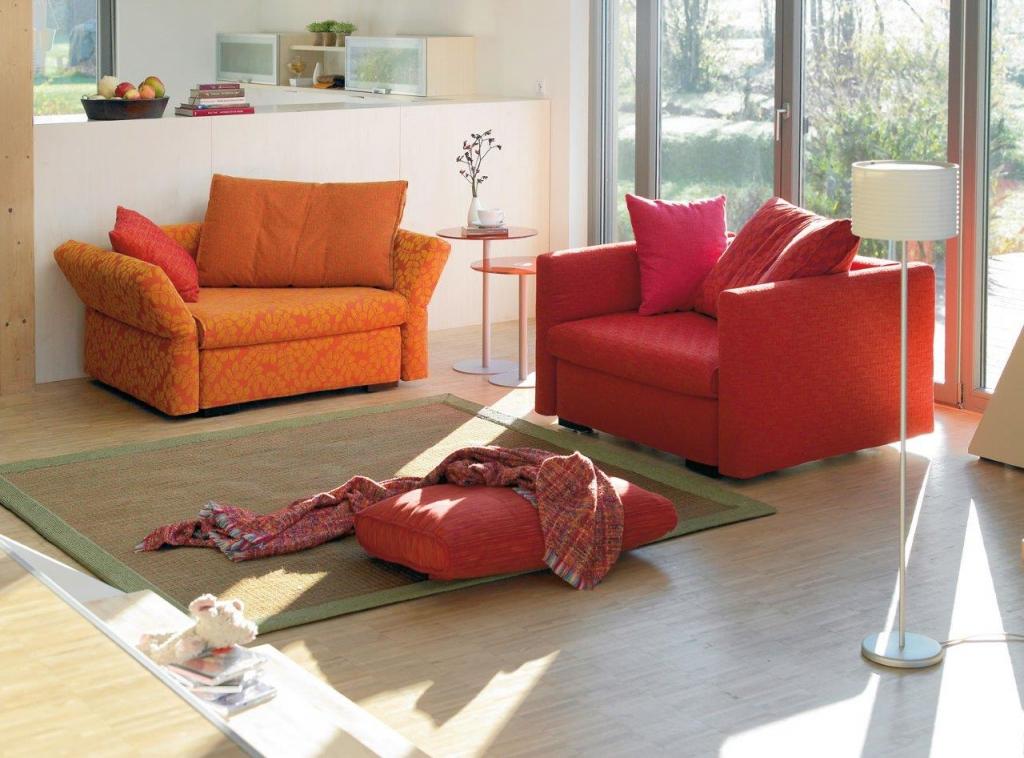 Sofas und Sessel gehören in jedes Wohnzimmer