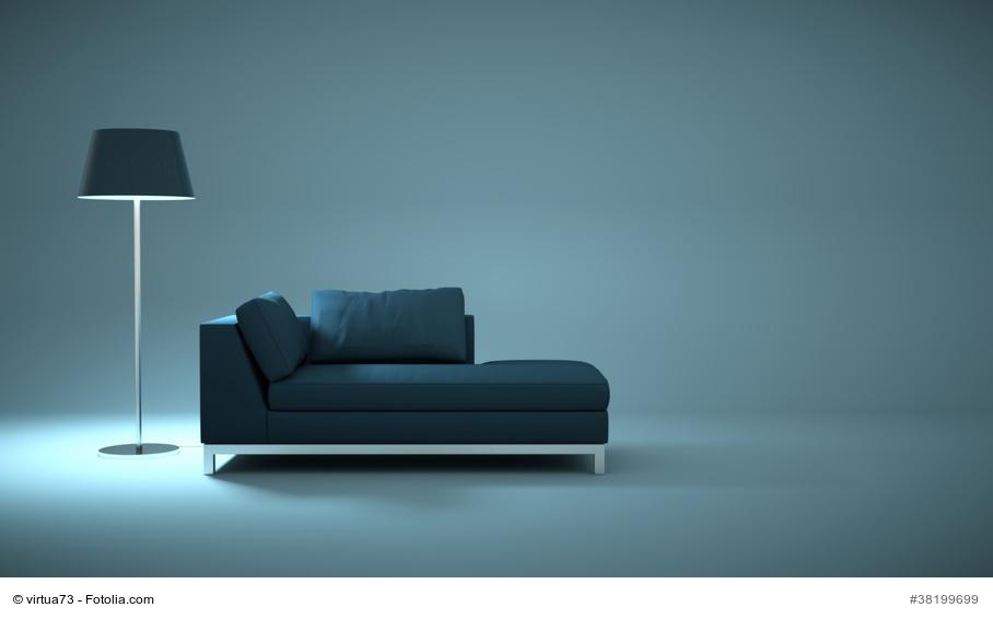 Wohndesign - blaues Sofa mit Lampe