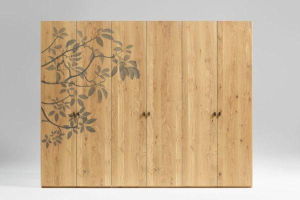 Massivholzkleiderschrank mit Fräsung Blätter