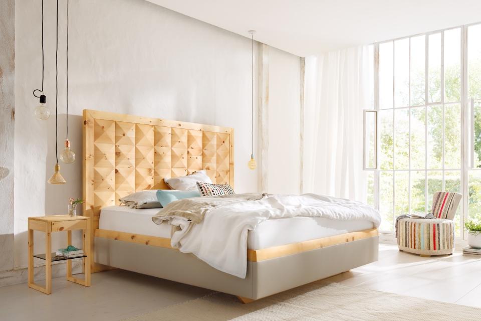 Doppelbett in Zirbenholz, Seiten gepolstert, Komforthöhe