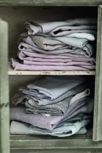 Schrankfach mit Leinenwäsche